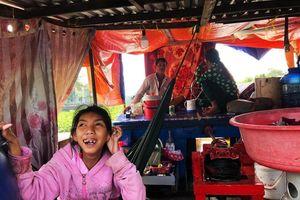 Cặp vợ chồng nghèo lênh đênh trên sông Sài Gòn, nhặt ve chai nuôi con teo não