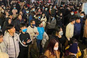 Hàng nghìn người ùn ùn kéo lên trung tâm Thủ đô đón năm mới 2021
