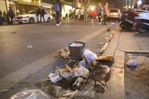 Sau màn pháo hoa năm mới, đường phố Hà Nội lại ngập rác
