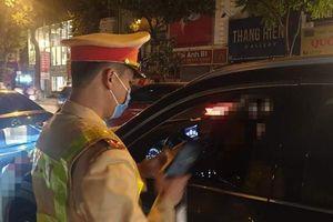 Nữ tài xế lái xe ô tô Camry say xỉn đêm cuối năm