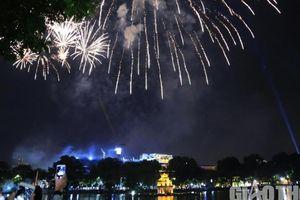 Mãn nhãn màn bắn pháo hoa trên bầu trời Hà Nội, TP.HCM chào đón 2021