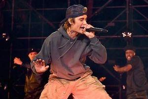 Justin Bieber quên lời ca khúc khi biểu diễn