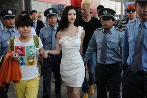 Hàng chục vệ sĩ hộ tống Cảnh Điềm và sự phô trương của sao Trung Quốc