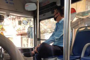 Phụ xe buýt tặng tiền vé cho chị bán hàng rong mang bầu