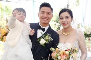 Vợ Bùi Tiến Dũng diện 2 chiếc váy cưới có giá 300 triệu đồng