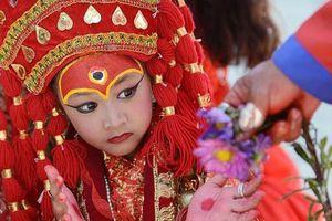 Ở nước nào, bé gái được chọn làm 'thánh nữ đồng trinh'?