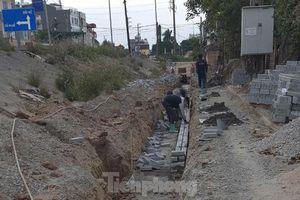 Sửa chữa con đường nhằng nhịt 'ổ trâu' giữa Thủ đô