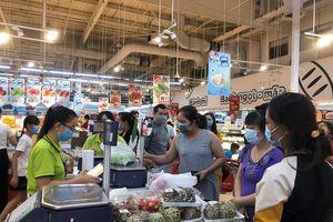 Tết Dương lịch: Siêu thị nườm nượp khách, trung tâm thương mại vắng người