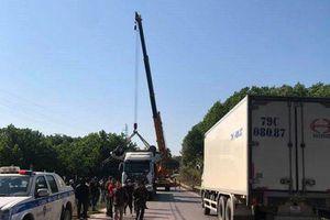 Trục vớt xe bán tải lao xuống suối, 6 người thương vong