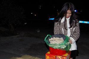 Bắt quả tang cô gái ung dung mang hàng chục kg pháo đi tiêu thụ trong đêm