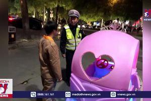 Lái xe đồ chơi ra đường bị cảnh sát bắt giữ