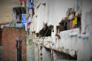Cuộc sống của 7 hộ dân trong chung cư chờ sập ở TP Vinh