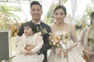 Vợ chồng cầu thủ Bùi Tiến Dũng đấu giá váy cưới