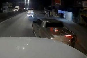 Xe bán tải tạt đầu container trong đêm