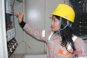 Chuyện những 'bóng hồng' theo nghề điện ở Hà Tĩnh