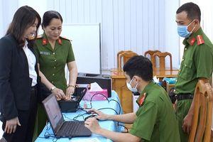 19 công dân đầu tiên ở Cà Mau được cấp thẻ căn cước gắn chíp