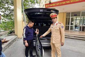 Tạm giữ thanh niên lái ô tô mang theo súng lưu thông trên đường