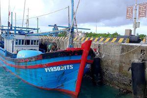 Bộ đội Hải quân kịp thời sửa chữa sự cố cho 2 tàu cá Phú Yên