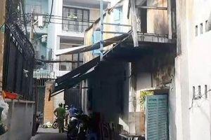 Giải cứu 2 người bị mắc kẹt trong căn nhà bốc cháy dữ dội ở TP.HCM