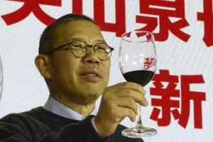 Chủ hãng nước đóng chai trở thành người giàu nhất châu Á