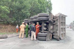 Clip xe bán tải tông… lật xe đầu kéo, tài xế nguy kịch