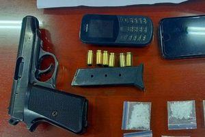 Nam thanh niên giắt súng K59 ở dây thắt lưng