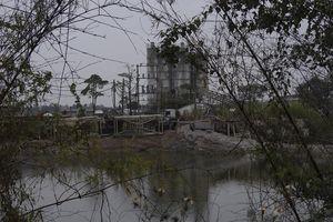 Hải Dương: Doanh nghiệp đổ bã bê tông xuống ao nước chỉ bị 'nhắc nhở'