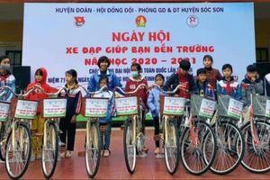 Trao tặng 64 'Xe đạp giúp bạn đến trường'