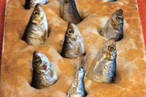 Kinh dị món bánh trang trí nguyên đầu cá nhìn chằm chằm lên trời