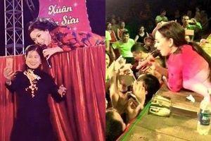Phi Nhung nằm ra sàn chụp hình với fan: Đồng nghiệp phản ứng bất ngờ