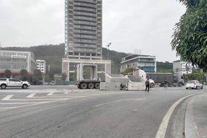 Quảng Ninh: Kinh hoàng xe container chở ống cống rơi xuống đường