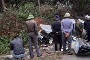 Mitsubishi Triton bị đâm nát đầu, túi khí không bung khiến lái xe nguy kịch