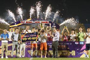 HLV Phan Thanh Hùng nhìn đội bóng quê hương ẵm cúp