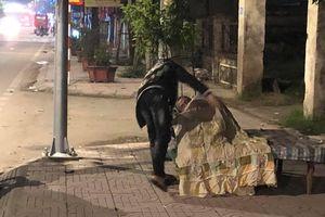 Hai chàng trai tặng chăn cho cụ ông nhặt rác ở Hà Tĩnh