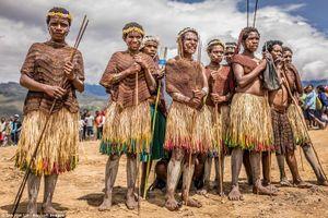 Bất ngờ tập tục của bộ lạc biệt lập nhất thế giới ở Indonesia