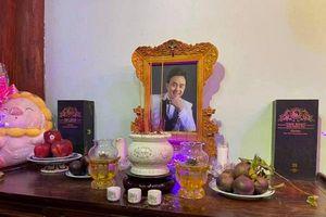 Hoài Linh lập bàn thờ riêng tưởng nhớ nghệ sĩ Chí Tài, tinh tế đặt cạnh di ảnh món đồ này
