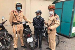 CSGT cùng người dân bắt giữ tên cướp giật điện thoại
