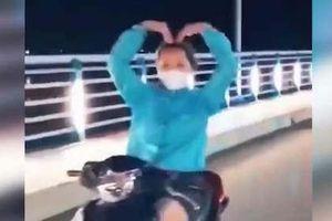 Quảng Ngãi: Xử phạt nữ quái xế điều khiển xe máy buông hai tay để 'làm xiết'