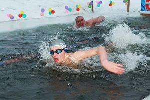 Người Nga bơi trong hồ băng giữa mùa đông