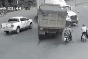 Bẻ lái tránh xe máy, xe ben nát cabin sau cú tông kinh hoàng