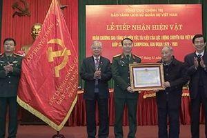 Tiếp nhận hiện vật của chuyên gia Việt Nam giúp Campuchia