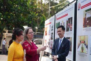 Tổng LSQ Mỹ, Cục Văn thư giới thiệu hình ảnh 25 năm QH Việt-Mỹ
