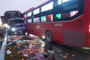 Tai nạn giao thông mới nhất hôm nay ngày 8/1: Xe khách lấn làn đâm trực diện xe tải, tài xế gãy chân mắc kẹt trong cabin