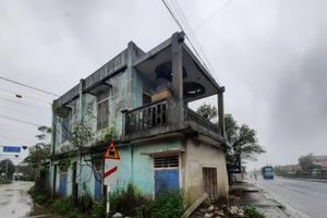 Thừa Thiên- Huế: 'Dài cổ' chờ giải quyết căn nhà bên quốc lộ