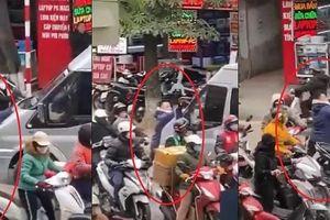 Xôn xao video xe khách 16 chỗ đẩy lùi người đàn ông chặn trước đầu xe