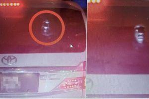 Đang chạy xe, nam thanh niên 'đứng tim' vì gương mặt trắng toát đột ngột hiện lên phía sau ô tô