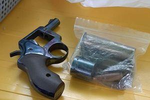 Bắt tạm giam đối tượng mang súng đi tìm vợ