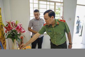 Lãnh đạo Bộ Công an thăm gia đình Thiếu tá hy sinh khi làm nhiệm vụ Tết
