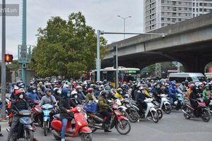Đường Hà Nội chật cứng xe cộ, hàng nghìn người 'chôn chân', vật lộn với giá rét xấp xỉ 10 độ C