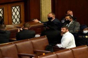 Hỗn loạn tại Quốc hội, khoảnh khắc hãi hùng đối với Nghị sĩ Mỹ